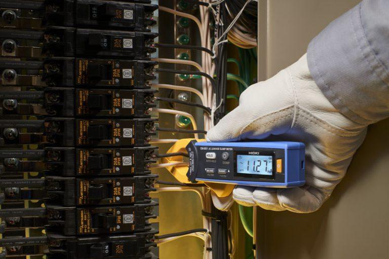 Hioki CM4001 dễ dàng kẹp quanh dây tại khu vực chật hẹp